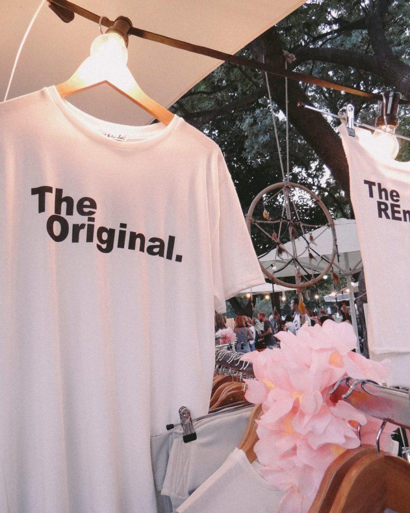 Vendendo o que não se utiliza mais. Uma camisa branca vendendo em uma feira de artesanato.